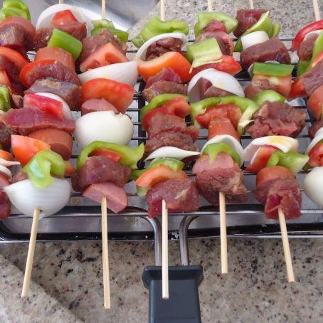 Espetinho de carne com legumes para seu churrasco ficar ainda mais delicioso