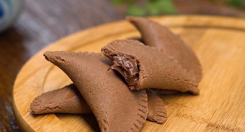 Pastel de forno caseiro com massa de chocolate