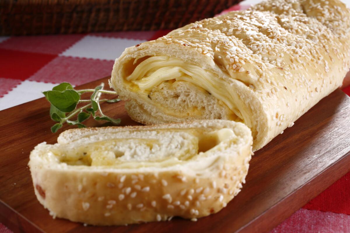 Baguete folhado de queijo e manjericão caseiro