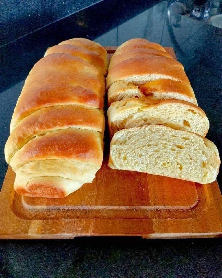 Pão amanteigado prático fresquinho e quentinho para acompanhar um delicioso café
