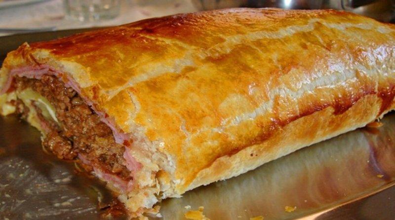 Bolo de carne feito com massa folhada que fica muito bom