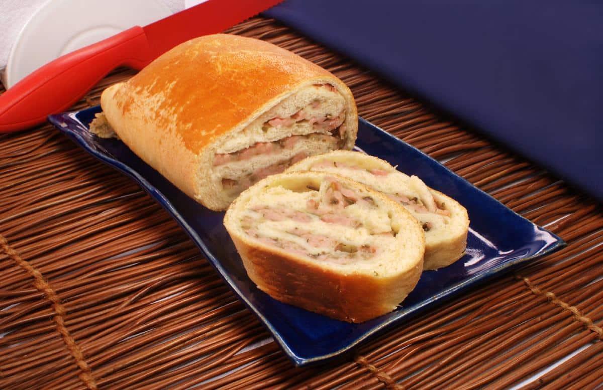 Pão caseiro recheado de um jeito que você nunca viu muito delicioso