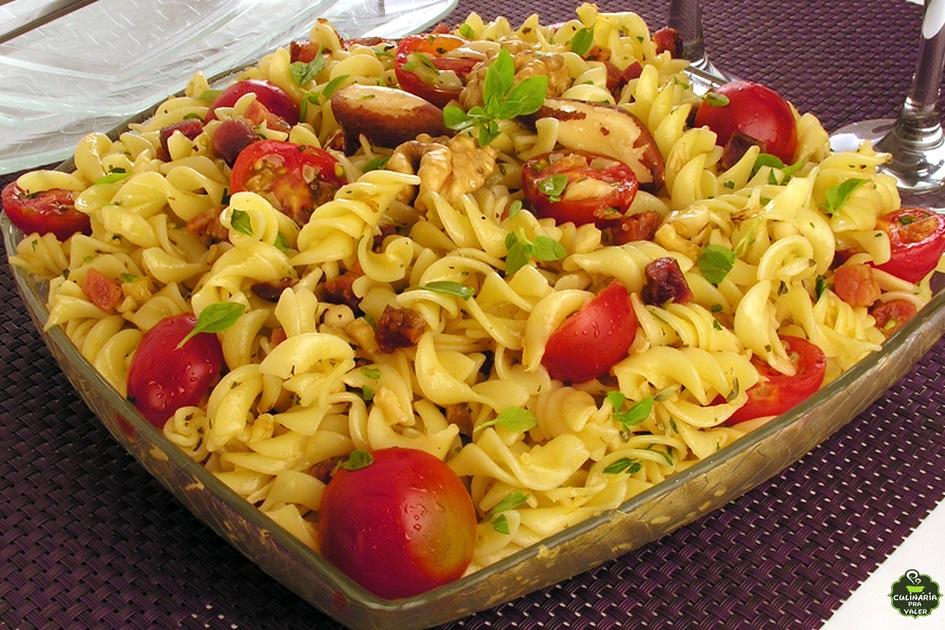 Salada crocante de macarrão simples e divina