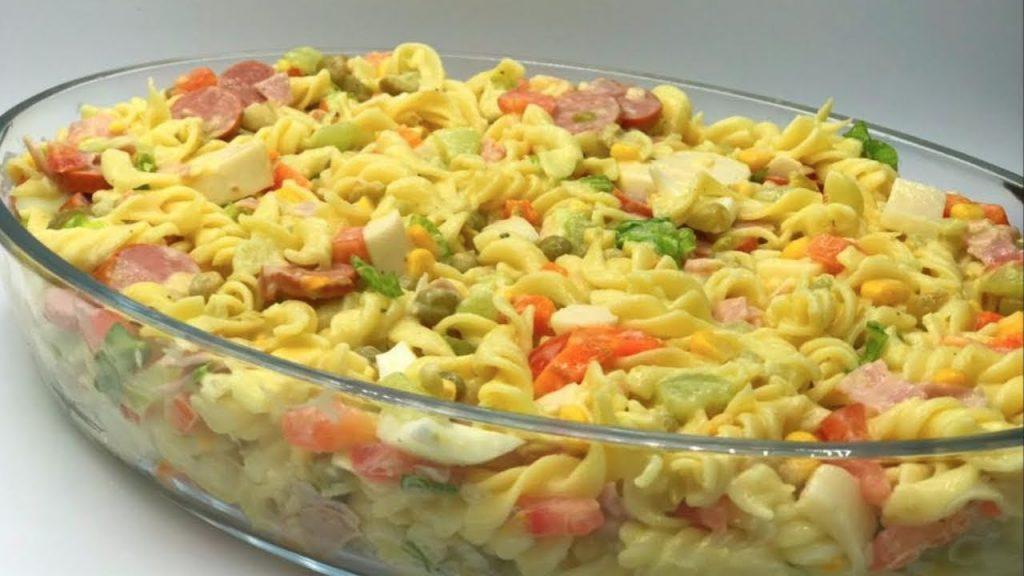 Salada fria de macarrão com camarões do jeito que agrada todo paladar