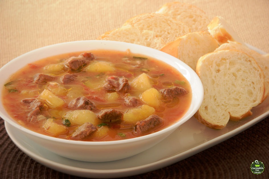 Sopa de mandioca com carne cremosa quentinha para aquecer o friozinho