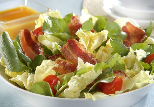 Deliciosa salada colorida com molho especial