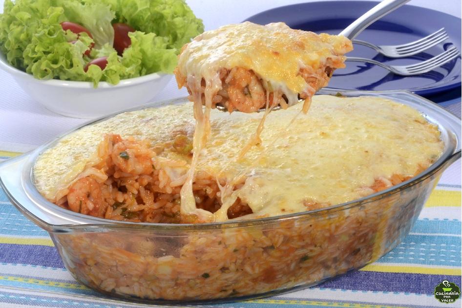 Arroz de forno com camarão e legumes um prato de sucesso