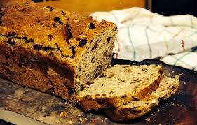 Pão caseiro integral com passas irresistível
