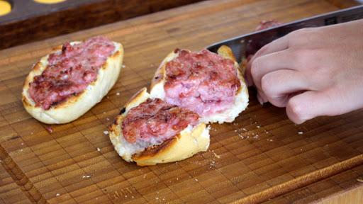 Pão de linguiça crocante delicioso na churrasqueira