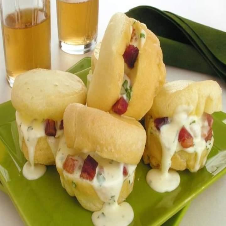 Pão de queijo recheado com requeijão e bacon de lamber os beiços