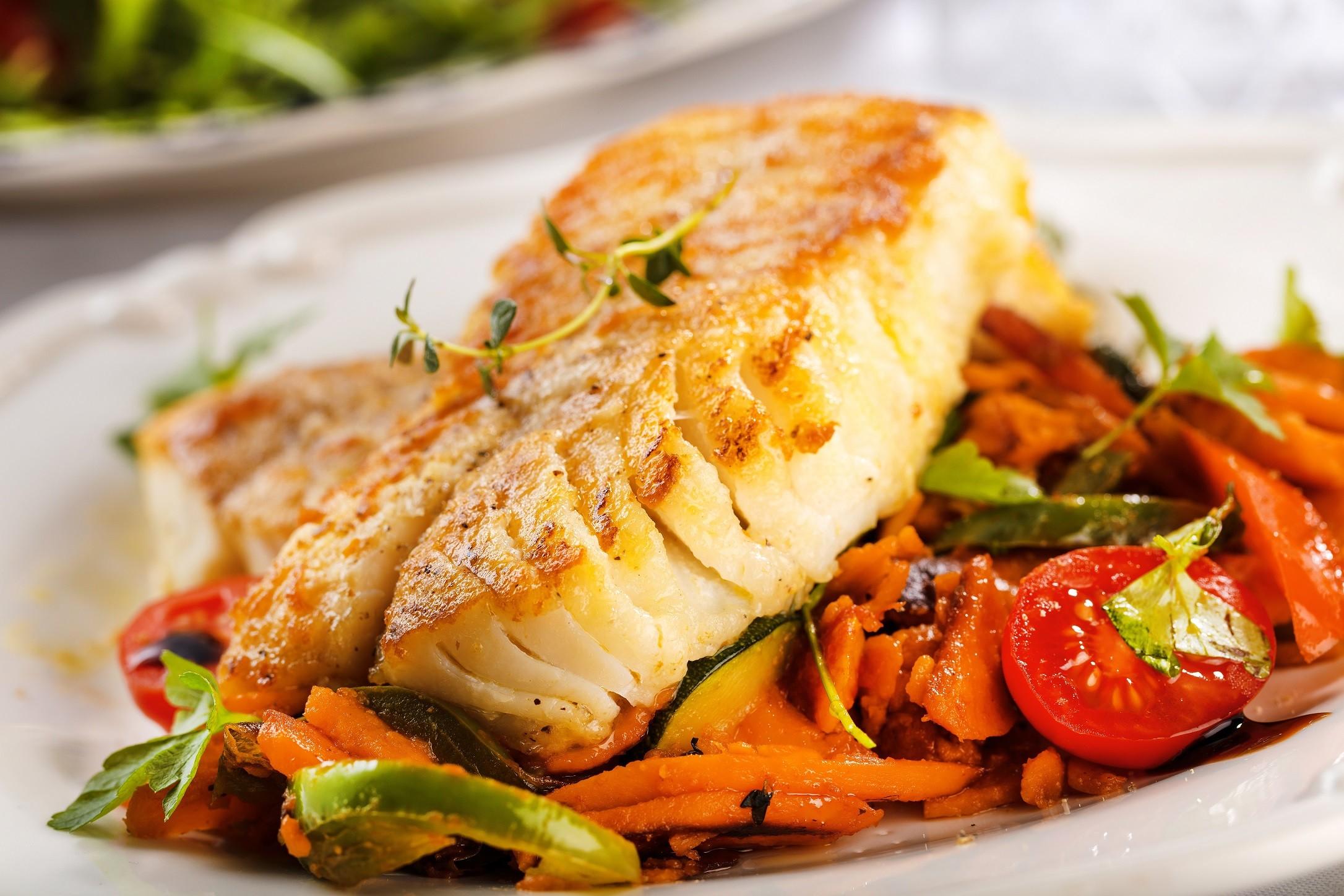 Peixe assado com legumes de um jeito fácil e muito delicioso de fazer